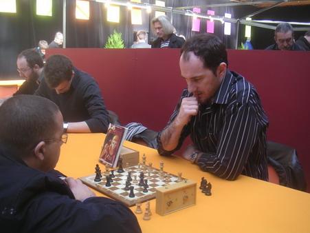 Edmond Tourriol ne sait pas dessiner, alors il joue aux échecs pour promouvoir Zeitnot !
